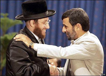 Mahmoud Ahmadinejad con un amigo anónimo