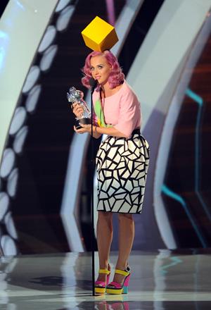 Uno de los cuatro trajes usados por Katy Perry ofreció un gran cubo luminoso en la cabeza, como si sus pensamientos estuviesen controlados. De hecho, me recordó el icono que aparece al seleccionar a un jugador para el control en el videojuego Los Sims.