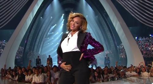 Beyonce en la parte delantera del escenario vientre-como, la celebración de su propio vientre.